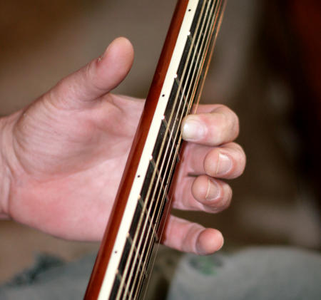 Hand position for classical guitar vibrato